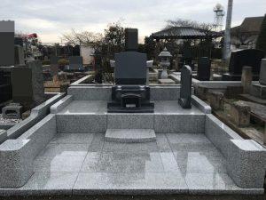 「ファミリア」というデザインのお墓が完成しました。軽く跳ね上がるようなカーブを有する竿石はシンプルで広がりがあり、どんな彫刻もしっくりとなじみます。