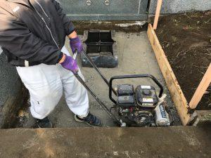 次に転圧工を行います。砕石を敷き詰めてランマー等で踏み固めます。