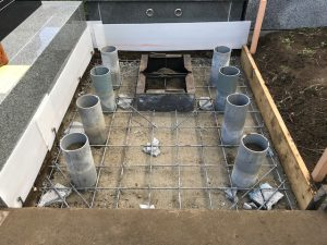 配筋工を行います。コンクリートのひび割れを防ぐ為、約20センチ間隔で鉄筋を組んでいきます。