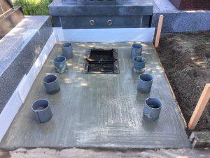 コンクリートを流し込みコテで均一にします。一定の養生期間をおいて基礎が固まれば完成です。