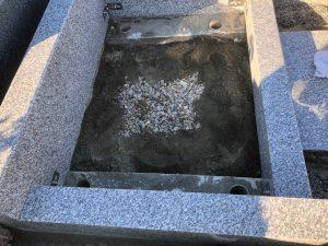 石材の隅々にはサビに強いステンレス金具を使用して石材同士しっかりと固定します。