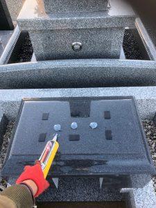 石材の重なる部分には免震シートを使用して大切なお墓を地震からお守り致します。