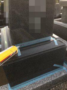 石材の隙間を塞ぐ為マスキングテープで養生してからシーリングを行います。