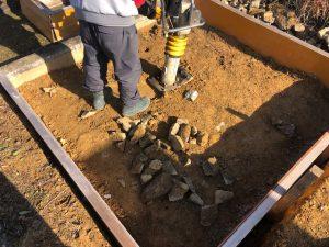 砕石を敷き詰めてランマーでしっかりと踏み固めます。