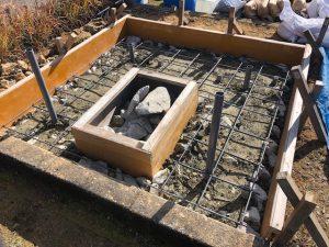コンクリートのひび割れを防ぐ為、約20センチ間隔で鉄筋を組んでいきます。