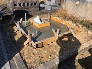 型枠にコンクリートを流し込み一定の養生期間をおきます。基礎が固まって型枠を外して基礎工事の完成です。