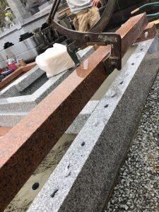 人力で持ち上がらない石材はクレーンを使用して慎重に運びます。
