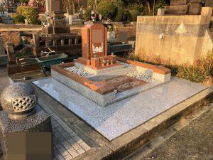 天山紅とG688中目の2種類の石材を使用した洋型墓石が完成しました。お参り部分にはお施主様の希望ですべり止め加工を施しました。