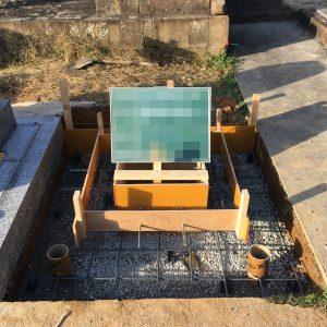 配筋工。コンクリートのひび割れを防ぐ為、約20センチ間隔で鉄筋を組んでいきます。