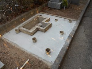 既存の納骨室に合わせた基礎工事