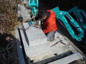 カニクレーンで石材を吊るしているところ