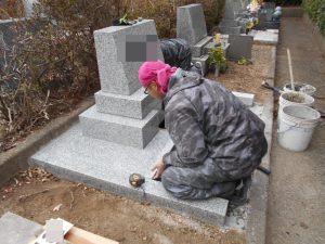 板石を敷いている職人