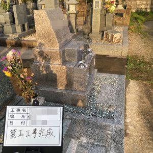 夕日に照らされた桜御影石のお墓