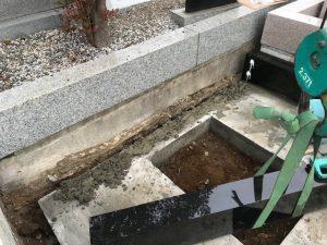 人力で持ち上がらない石材はクレーンを使用して慎重に運びます