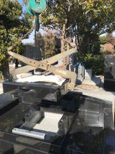 地震対策の一つとして免震シートを使用しています。大切なお墓をお守りする為、石材の重なる部分に免震シートを使用して地震の揺れを軽減します。